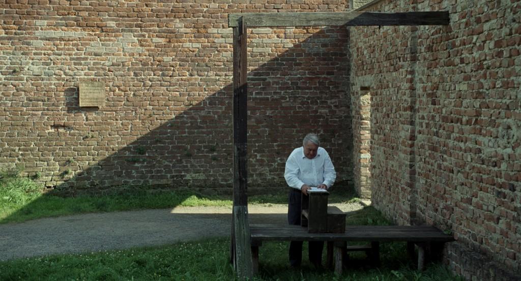 Claude Lanzmann en una horca instalada en Theresienstadt