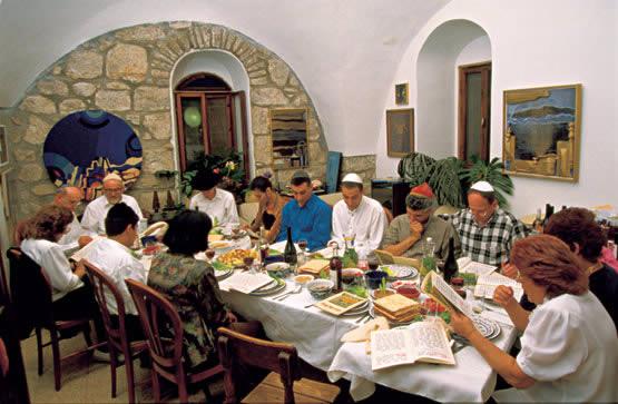 Familia en el Seder de Pesaj