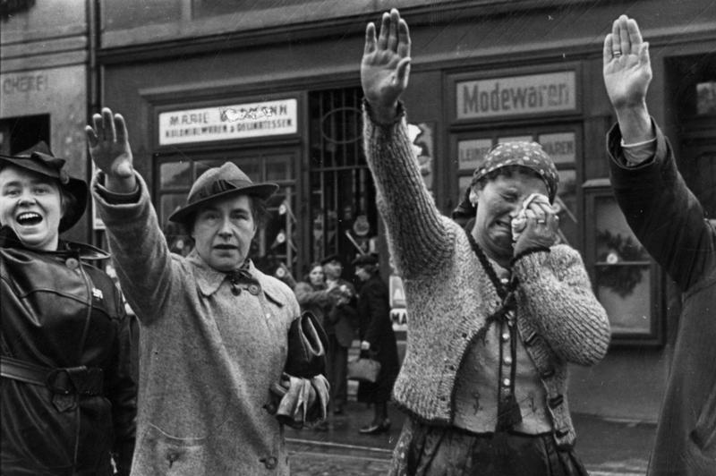 Húngaros saludando la invasión nazi