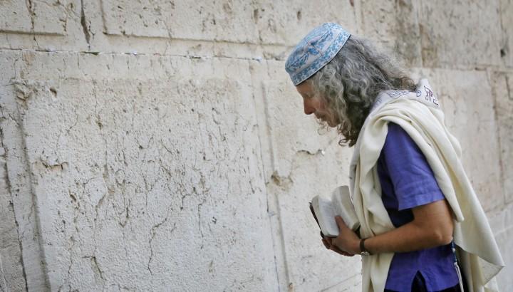 Mujer rezando en el Kotel